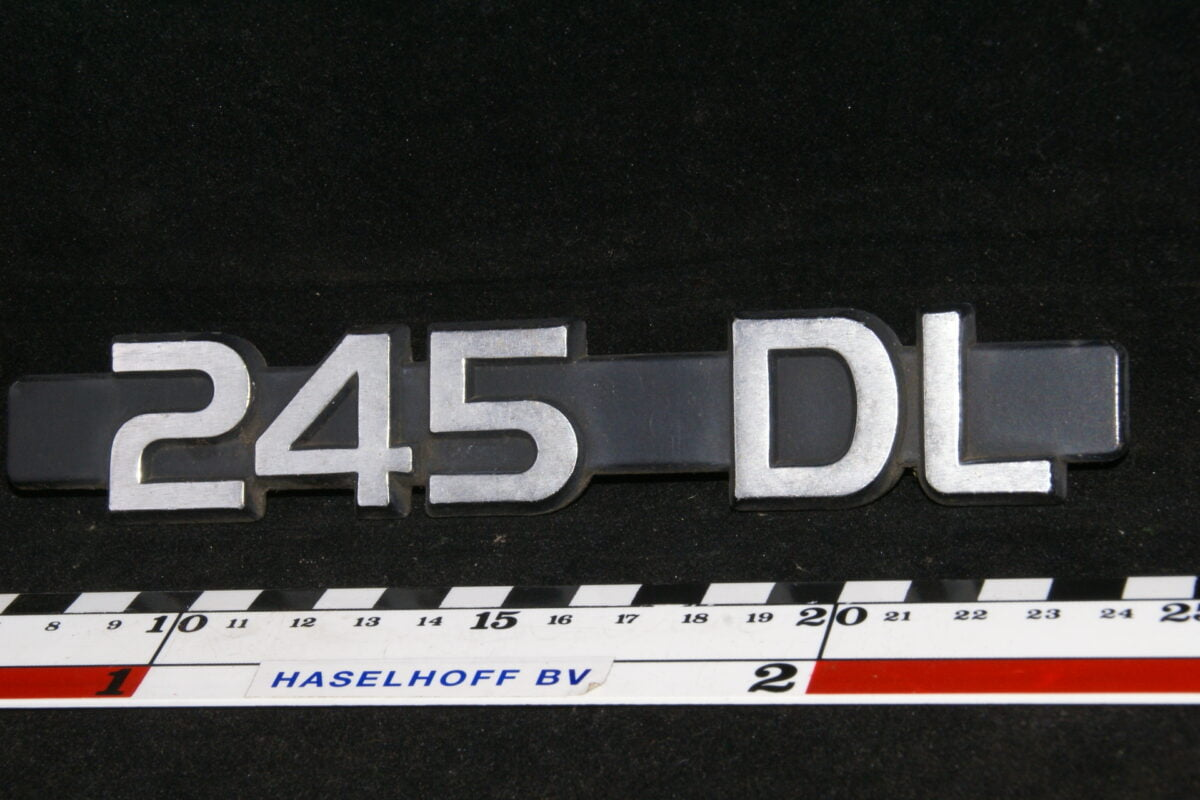 (NOS) embleem achterklep 245DL (vroeg) 141100-0521-0
