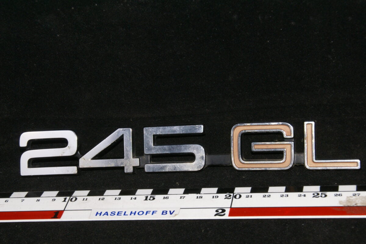 embleem achterklep 245DL (laat) (deels rood) 141100-0524-0