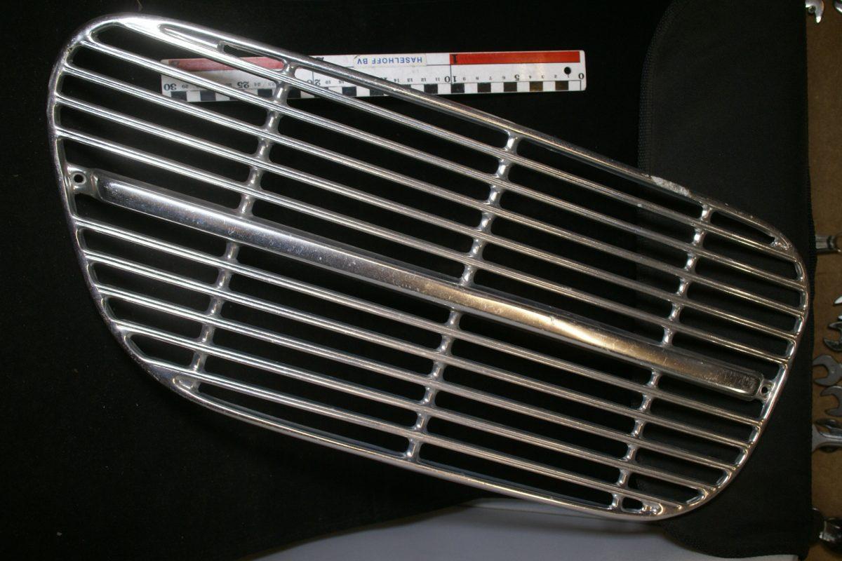 DSC00677 Volvo Amazon grill links 672279 NOS