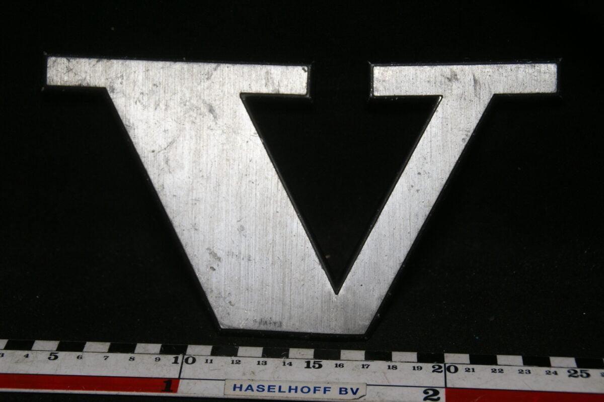 DSC00776 Volvo embleem letter V