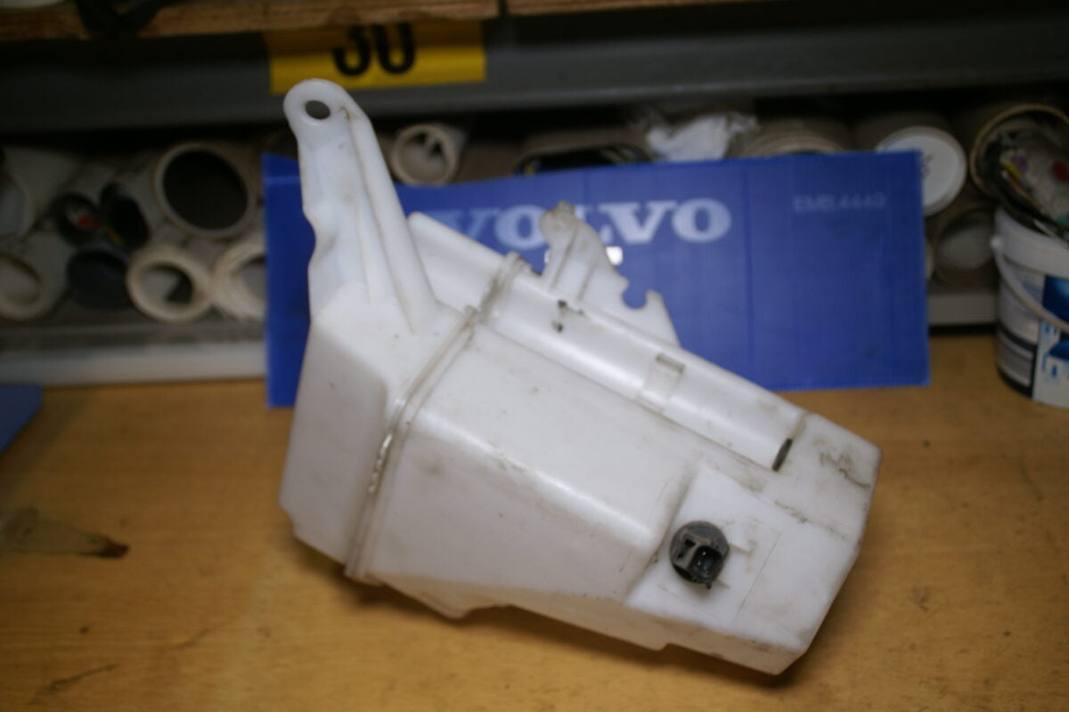 DSC00925 Volvo V70 ruitensproeier reservoir 30784233 30784234