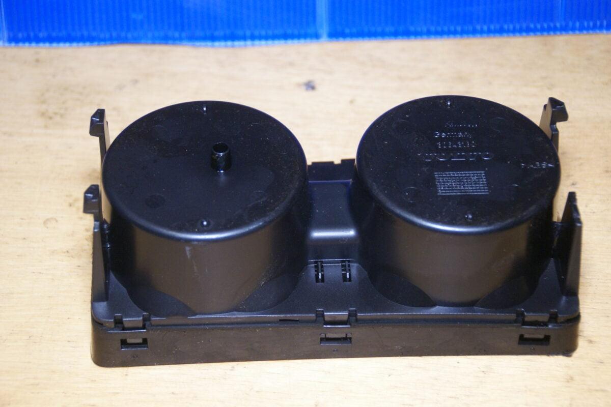 DSC00931 Volvo V70 bekerhouder 30643180