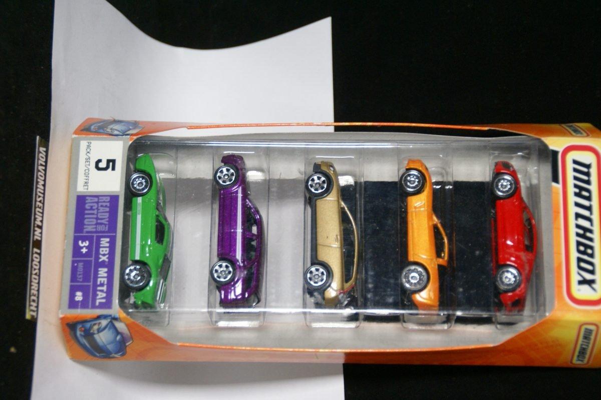 DSC02585 miniatuur Volvo C30 goud + 4 andere ca 1op70 Matchbox MB