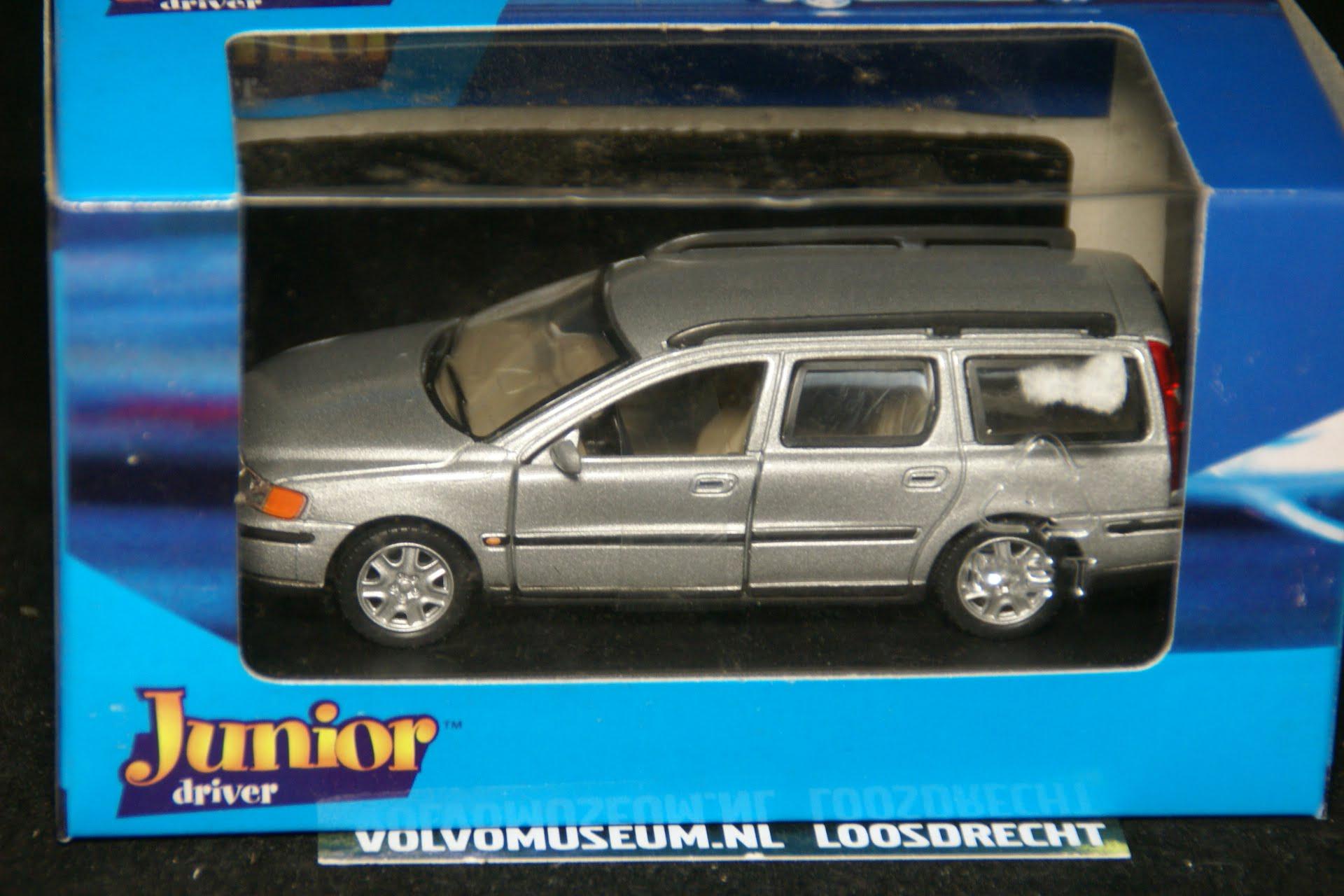 DSC02923 miniatuur Volvo V70 grijsmet 1op43 Brio 250090 MB