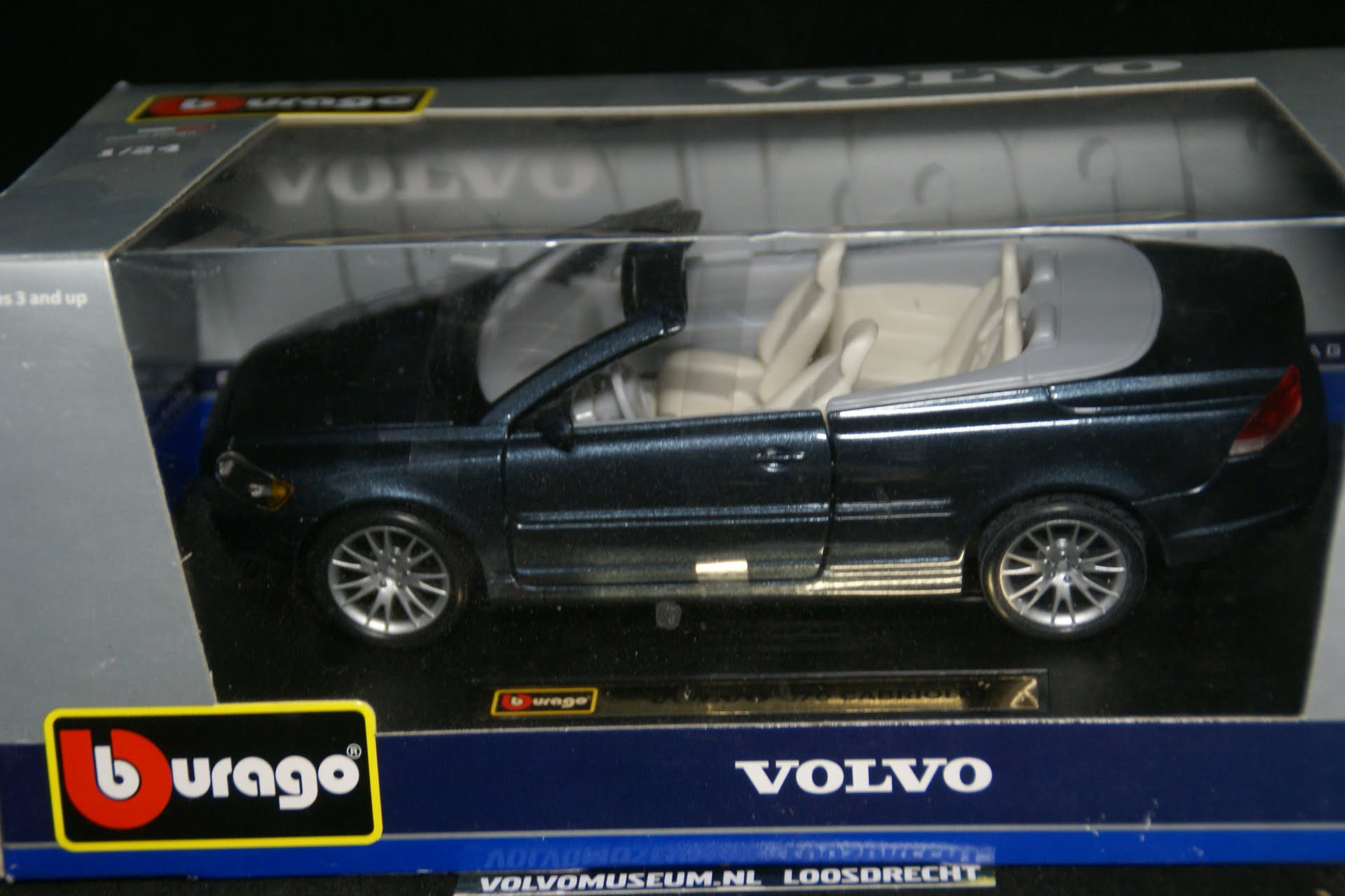 DSC02930 miniatuur Volvo CC70 blauwmet 1op24 Bburago 210251 MB