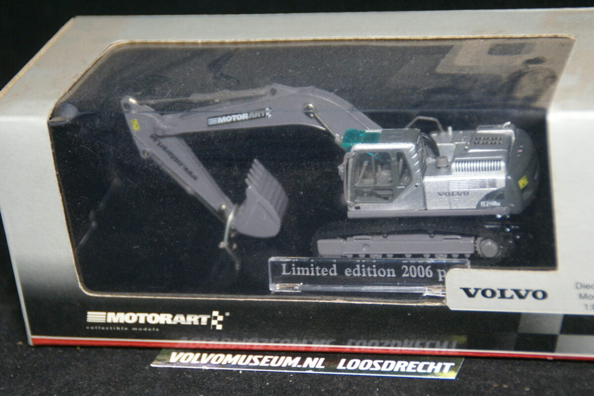 DSC02961 miniatuur Volvo graafmachine zilvermet ca 1op70 Motorart 133403 1 van 2006 MB