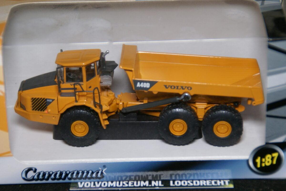 DSC02967 miniatuur Volvo dumper A40D geel 1op87 Carrarama 008103 MB