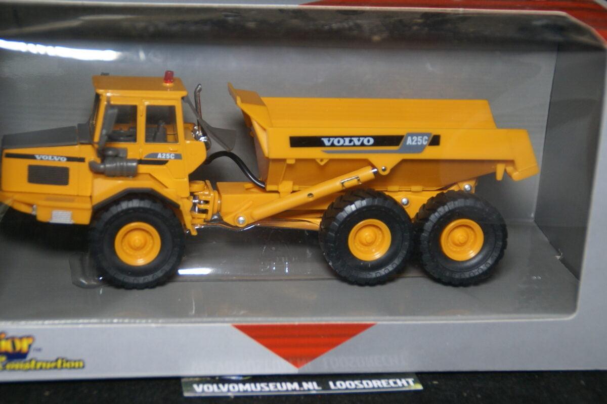 DSC02980 miniatuur Volvo A25C dumper geel ca 1op50 Brio 020952 MB