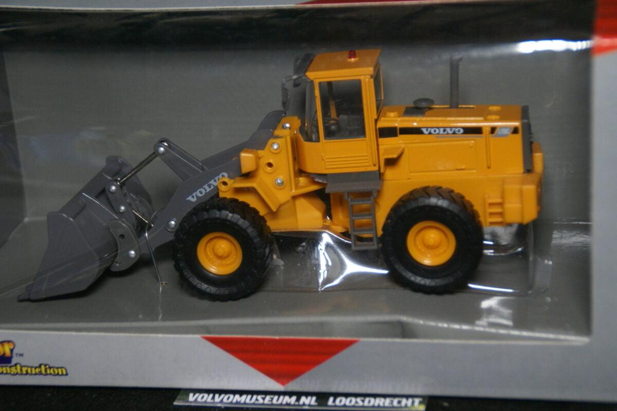 DSC02982 miniatuur Volvo L80C graafmachine geel ca 1op50 Brio 020945 MB