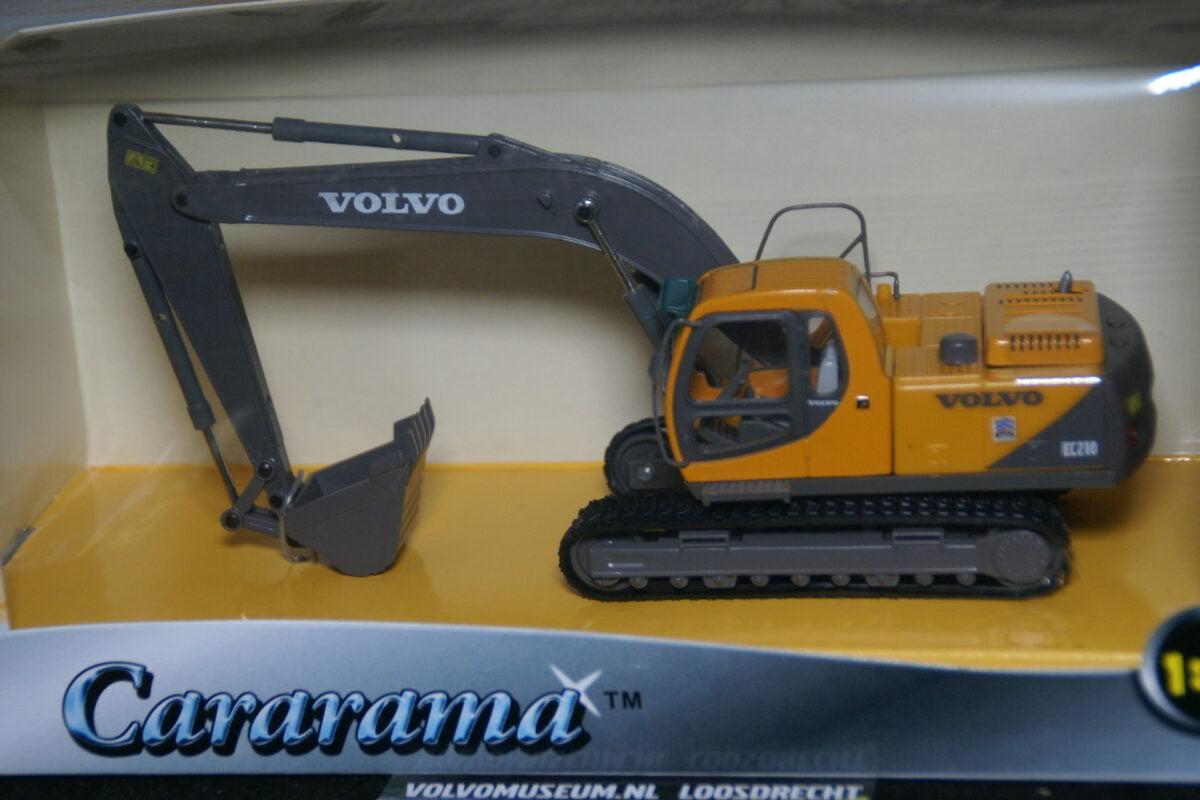 DSC02986 miniatuur Volvo EC210 graafmachine geel ca 1op50 Carrarama 005607 MB
