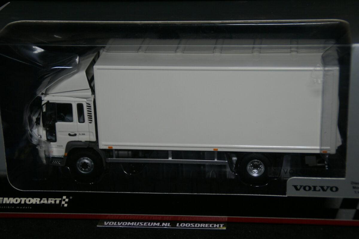 DSC02989 miniatuur Volvo FL6 truck wit ca 1op50 Motorart 600424MB