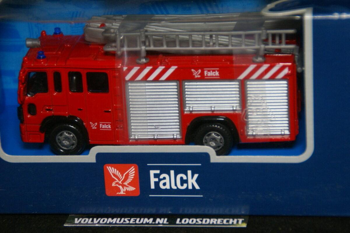 DSC02999 miniatuur Volvo truck brandweer Falck ca 1op43 Toptoy 208522 MB