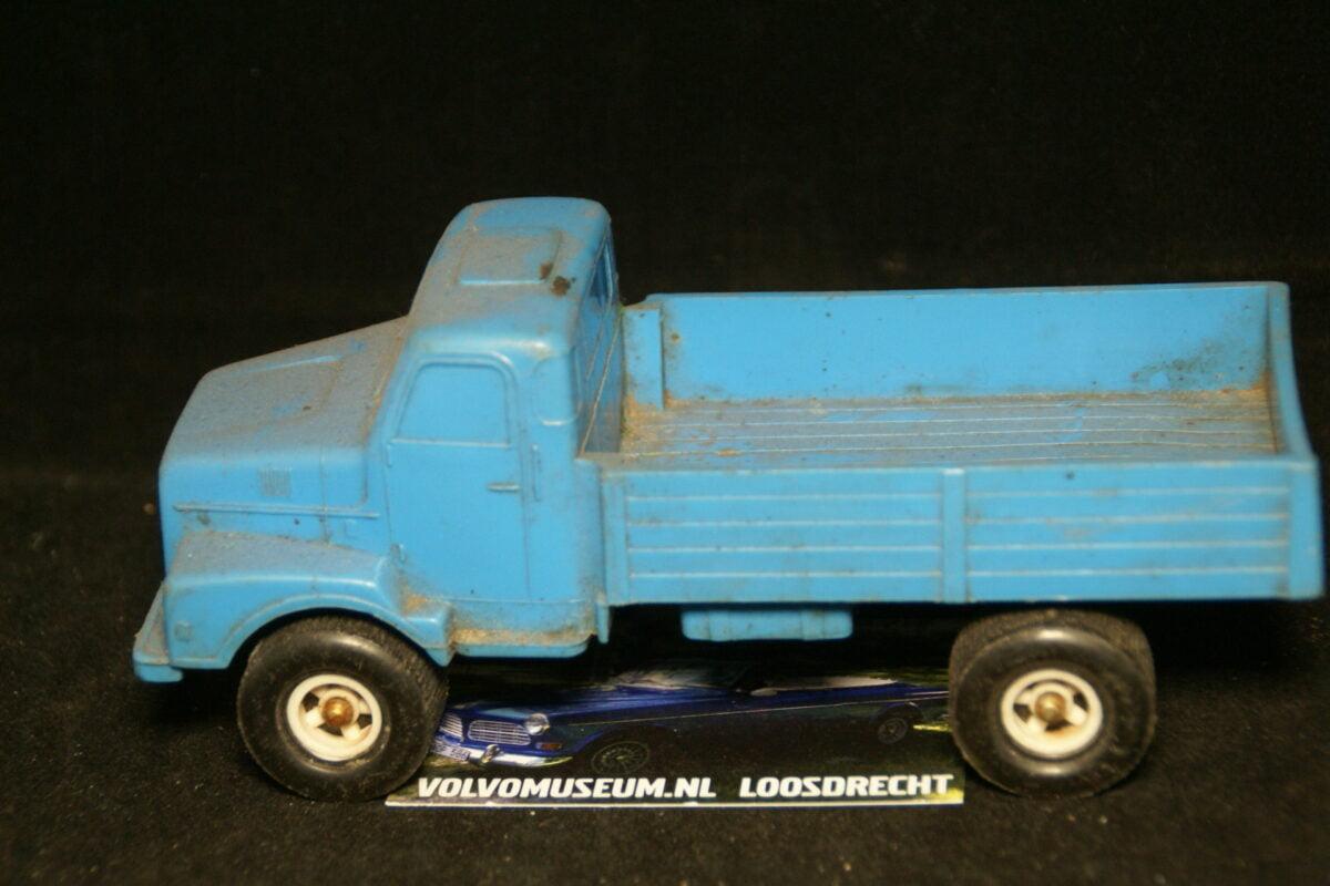 DSC03007 miniatuur Volvo truck blauw ca 1op35 Tomte Galanite bespeeld