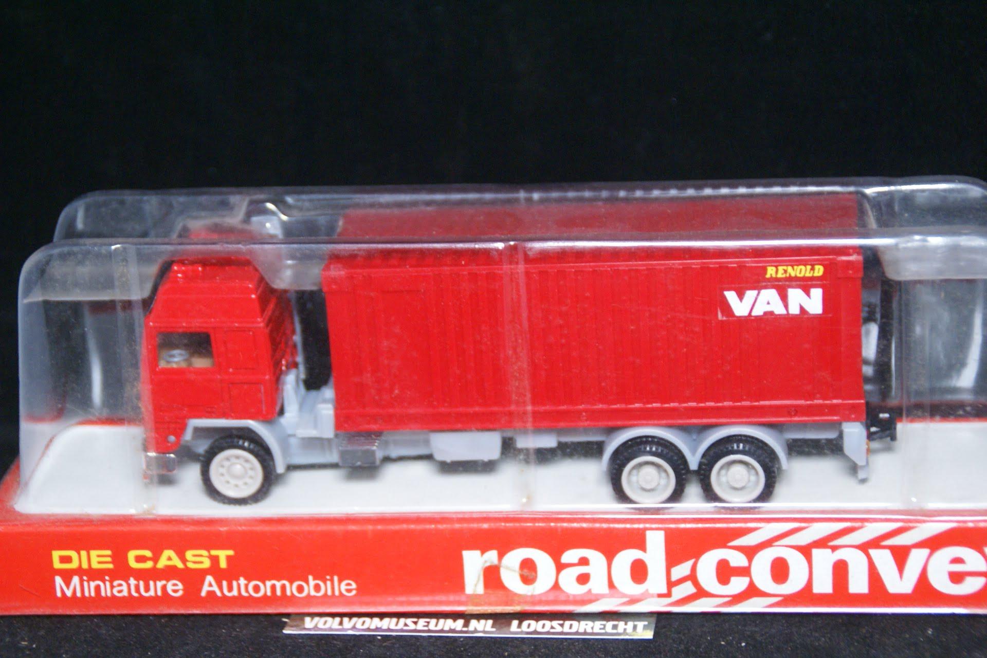 DSC03010 miniatuur Volvo container truck rood ca 1op50 Road Convoy MB