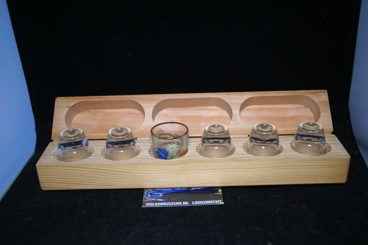 DSC03020 set van 6 Volvo borrelglaasjes in houten kist