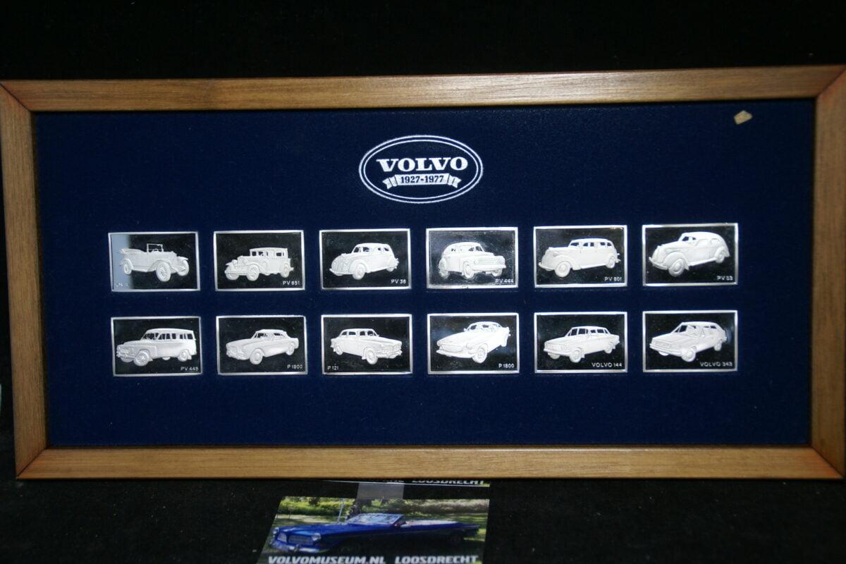 DSC03026 Volvo jubileumset 1927-1977 zilveren plaatjes met Volvomodellen in houten kist