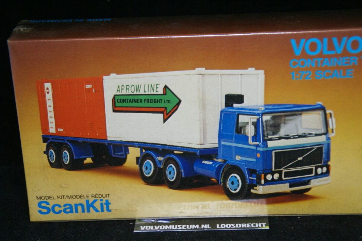 DSC03037 miniatuur Volvo F12 met container oplegger blauw 1op72 Scankit MB