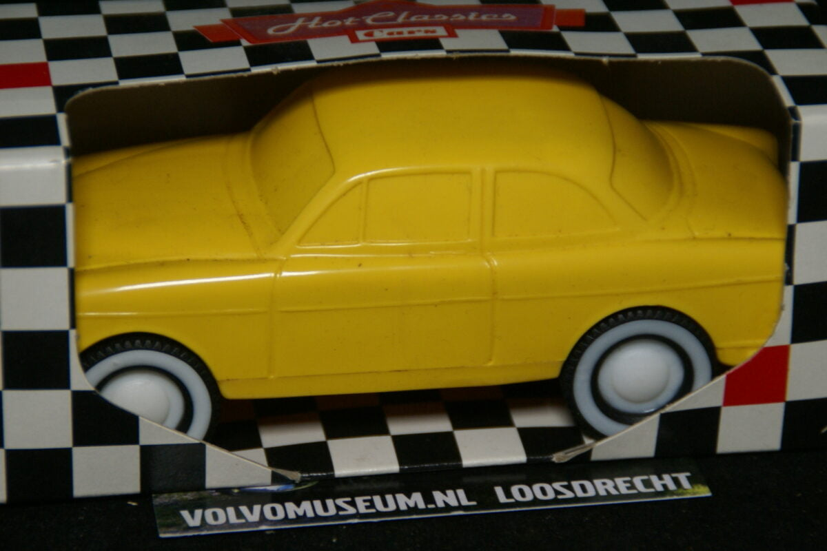 DSC03045 miniatuur Volvo Amazon 130 geel ca 1op35 Viking Toys MB