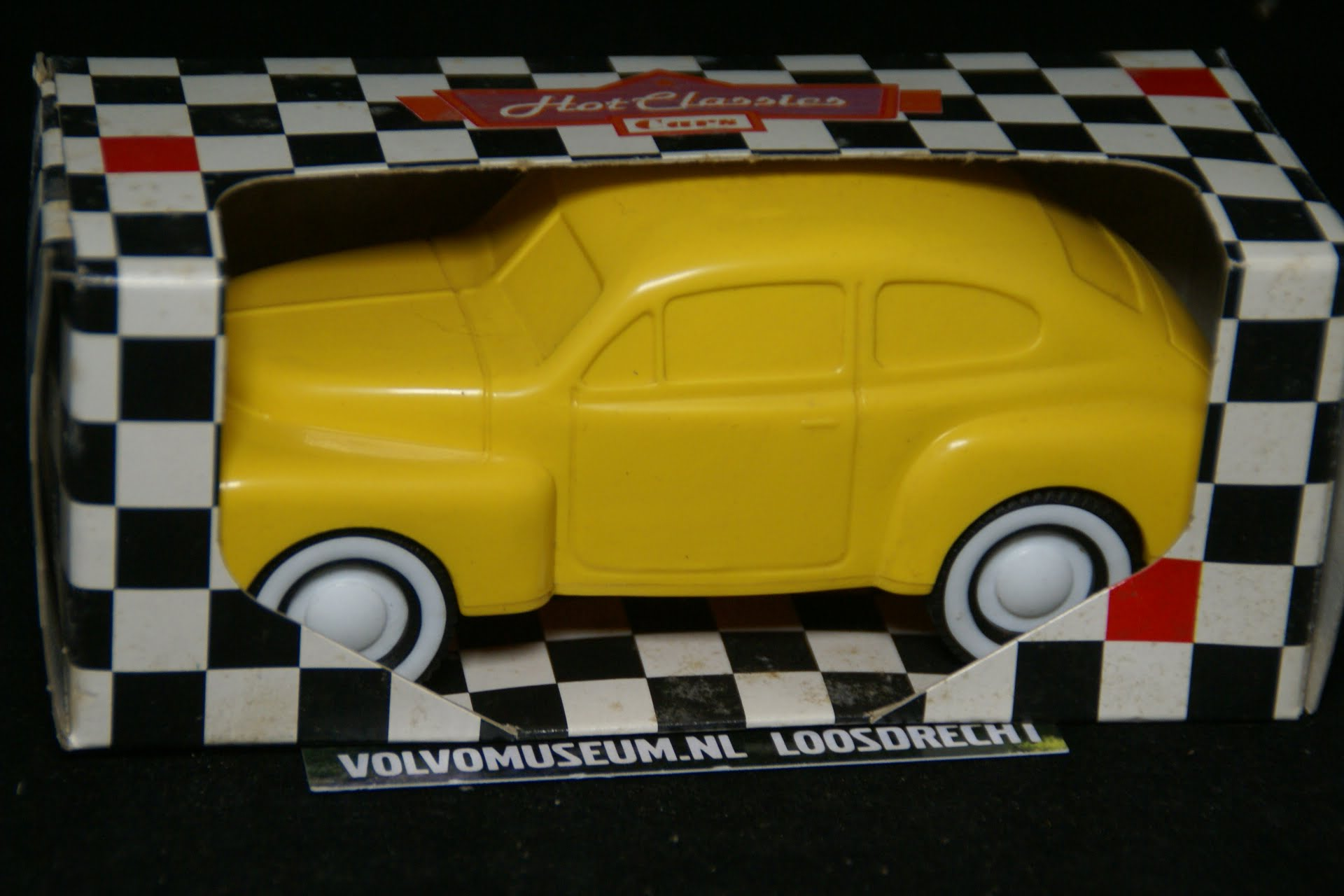 DSC03048 miniatuur Volvo PV 444 geel ca 1op35 Viking Toys MB