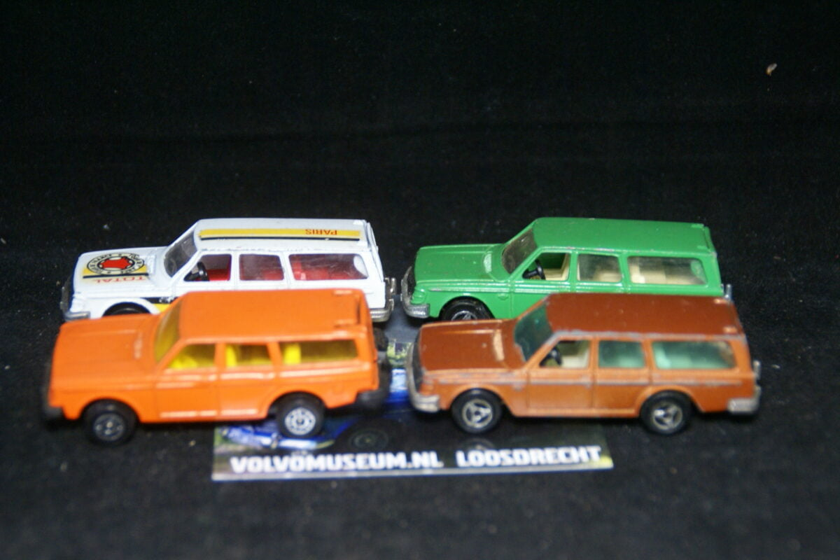 DSC03055 miniatuur 4x Volvo 245 ca 1op75 Majorette en Corgi Toys bespeeld