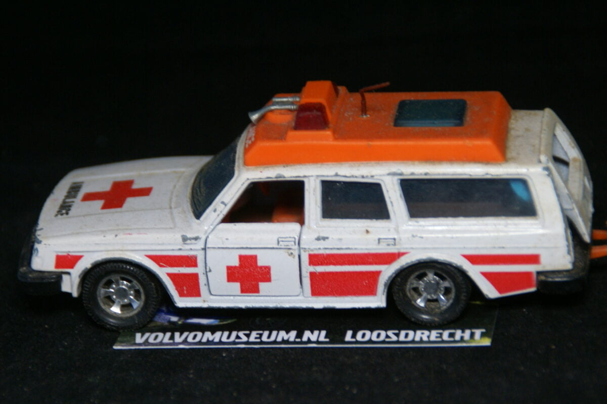 DSC03062 miniatuur Volvo 245 ambulance ca 1op36 Matchbox K-74 bespeeld