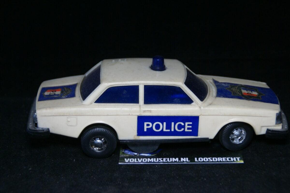 DSC03064 miniatuur Volvo 244 police ca 1op30 bespeeld