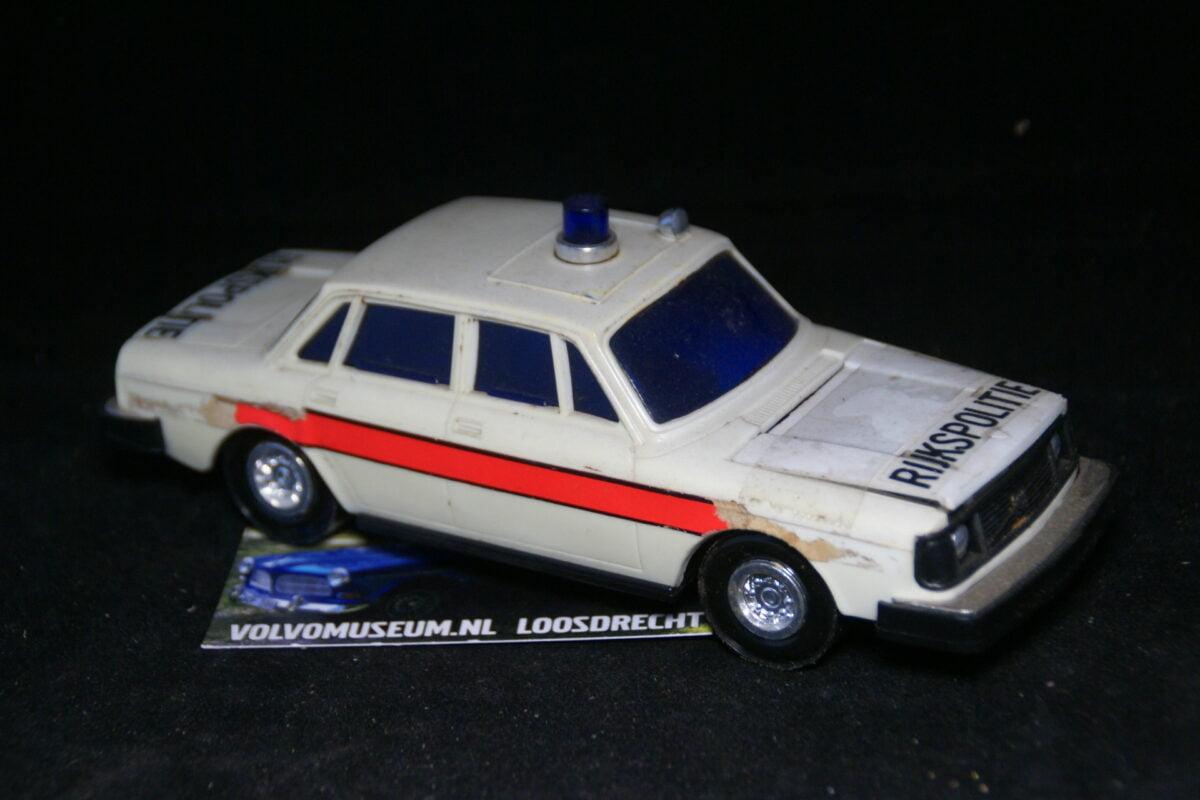 DSC03065 miniatuur Volvo 244 rijkspolitie ca 1op30 Lucky Toys bespeeld
