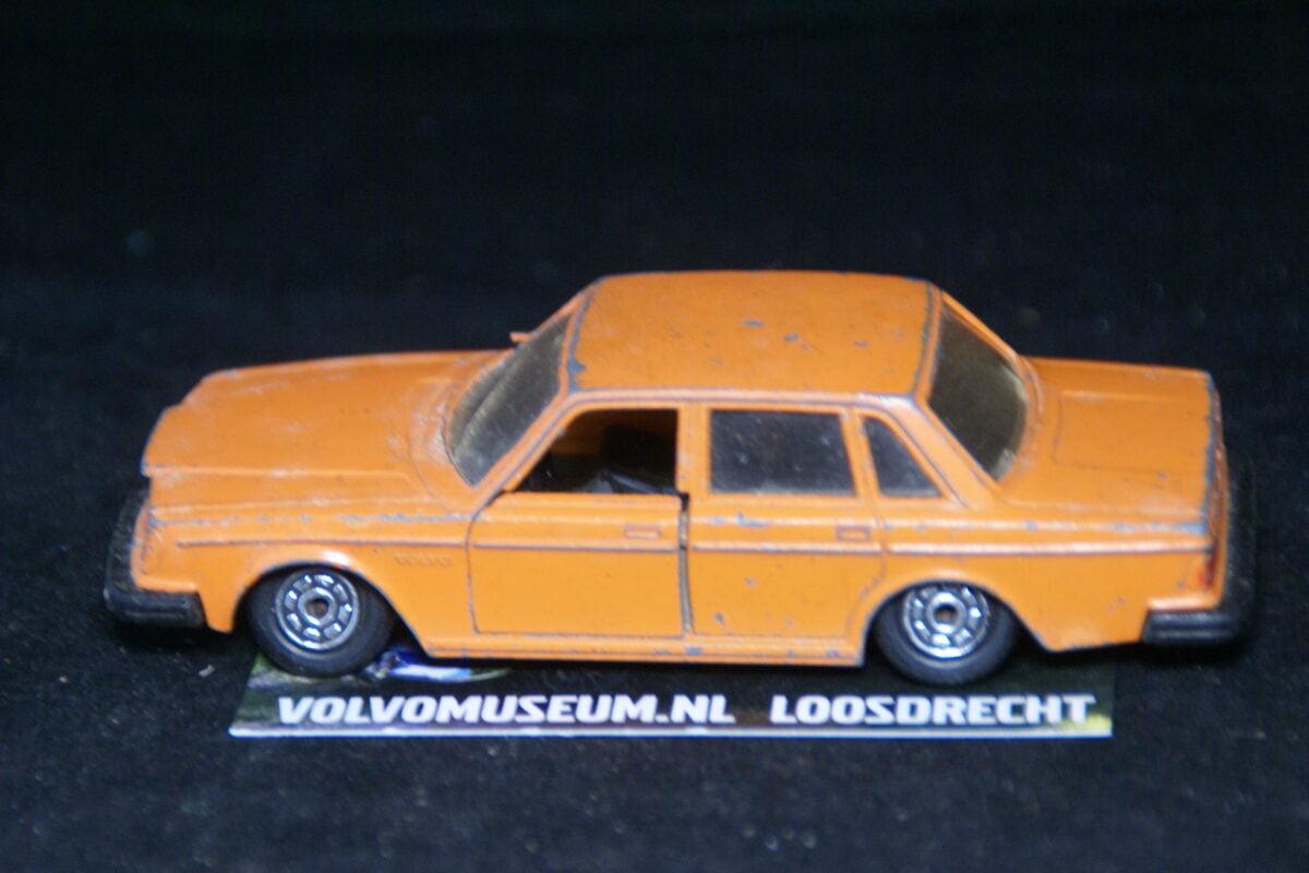 DSC03068 miniatuur Volvo 264 oranje 1op43 Norev bespeeld