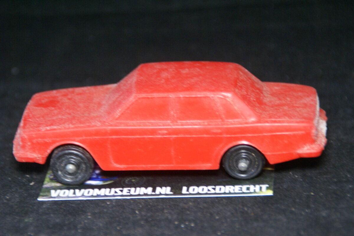 DSC03069 miniatuur Volvo 244 rood ca 1op43 Tomte Galanite bespeeld