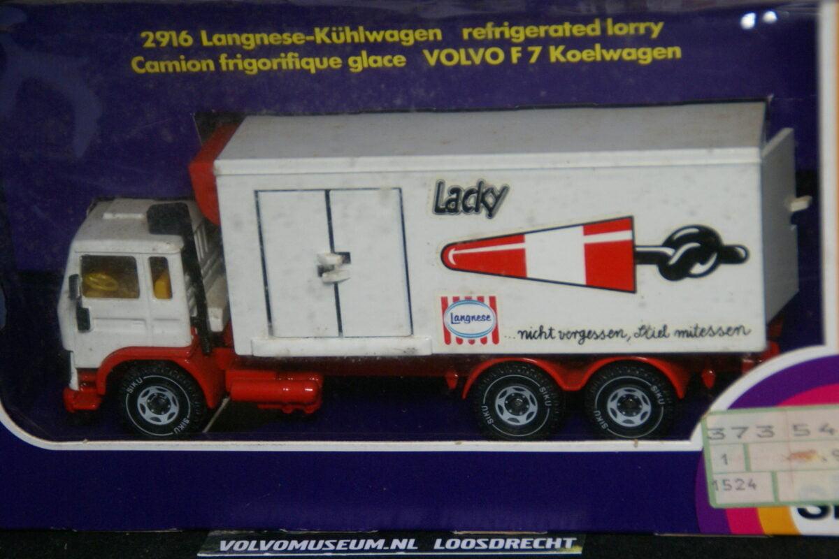 DSC03072 miniatuur Volvo F7 koelwagen wit 1op43 Siku MB
