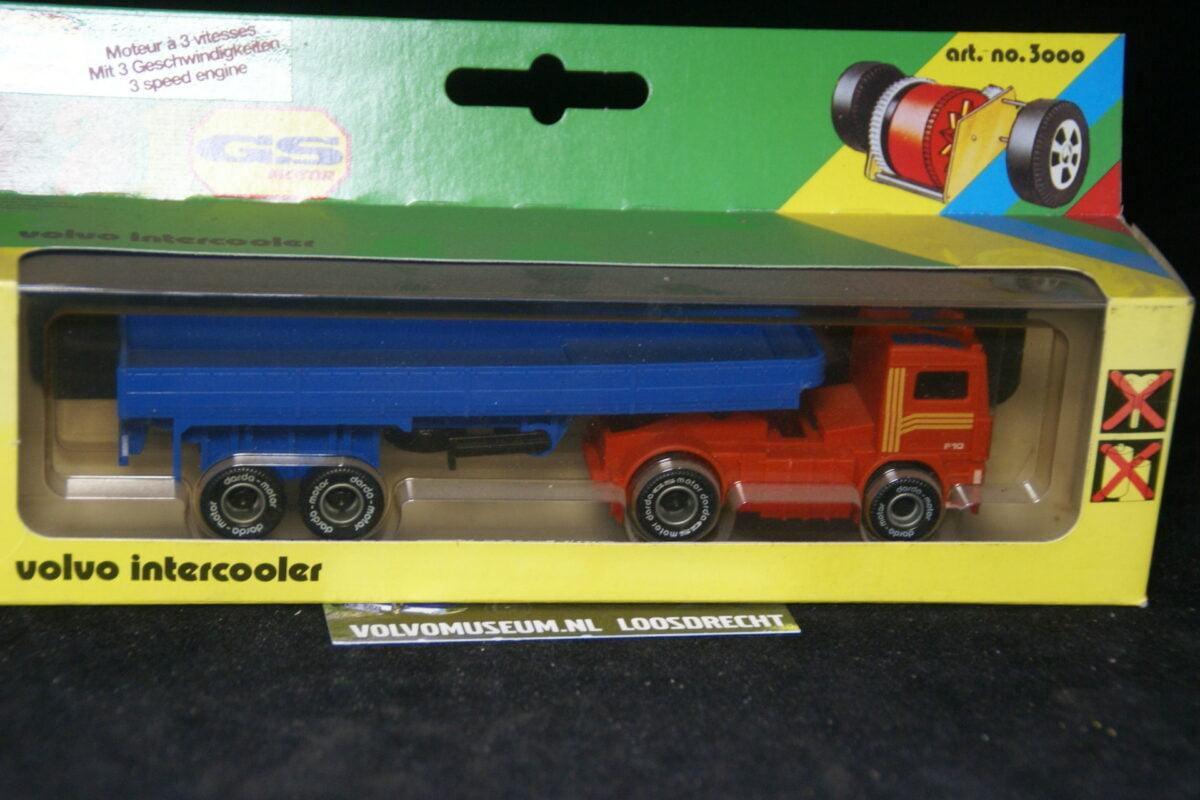 DSC03077 miniatuur Volvo F truck met oplegger rood ca 1op70 darda MB