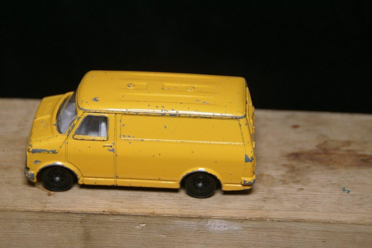 DSC05517 miniatuur Bedford van geel 1op43 Dinky Toys bespeeld