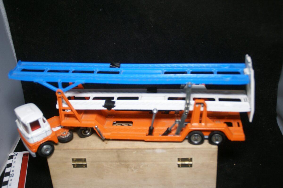 DSC05519 miniatuur Ford autotrailer 3 vooudig oranje wit ca 1op43 Corgi Toys bespeeld