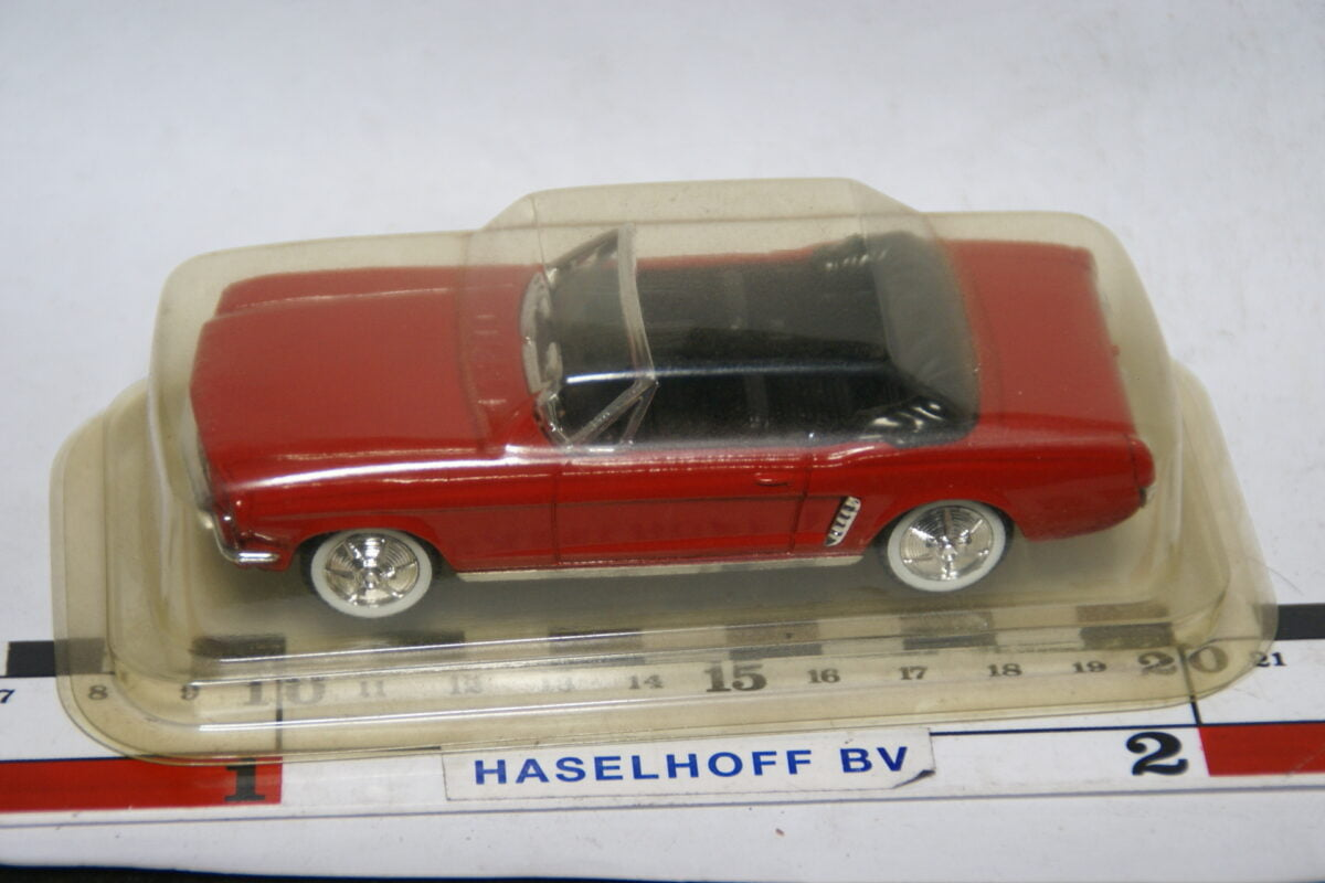 DSC07761 miniatuur 1964 Ford Mustang cabriolet rood 1op43 Solido MB