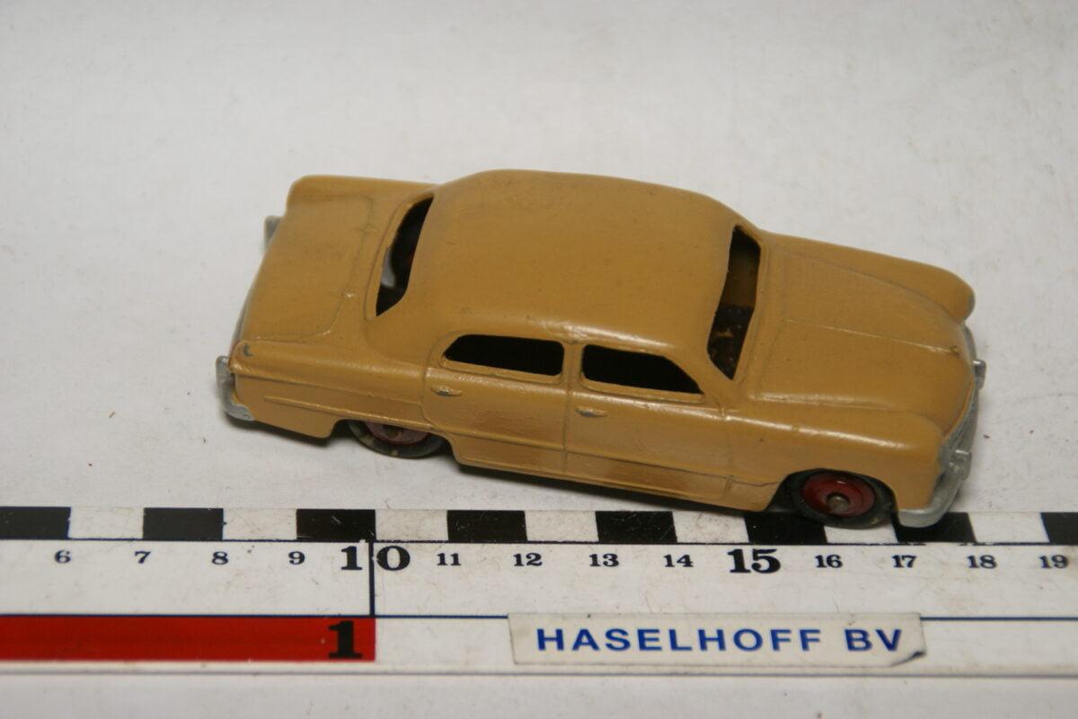 DSC07767 miniatuur Ford sedan oker 1op43 Dinky Toys