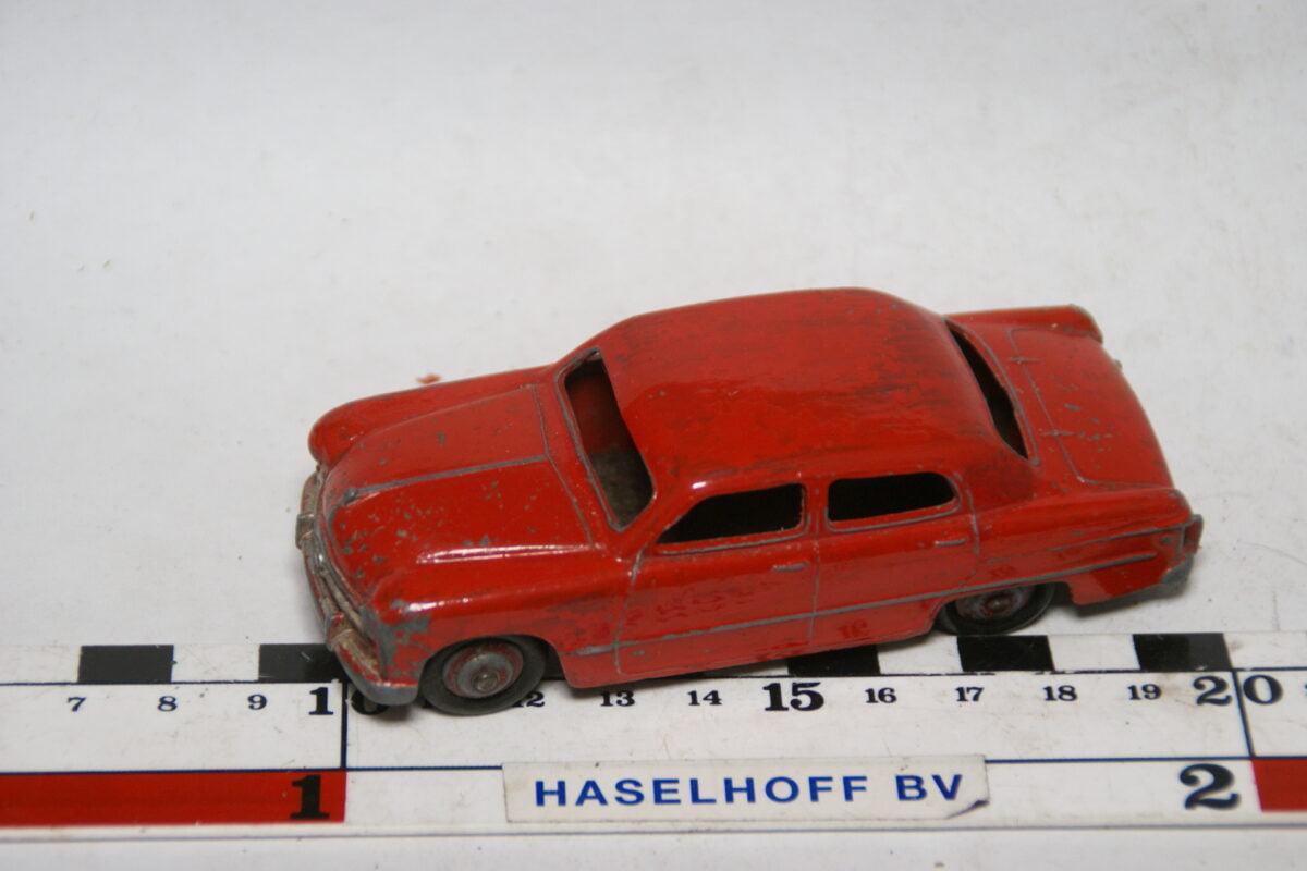 DSC07775 miniatuur Ford sedan rood 1op43 Dinky Toys