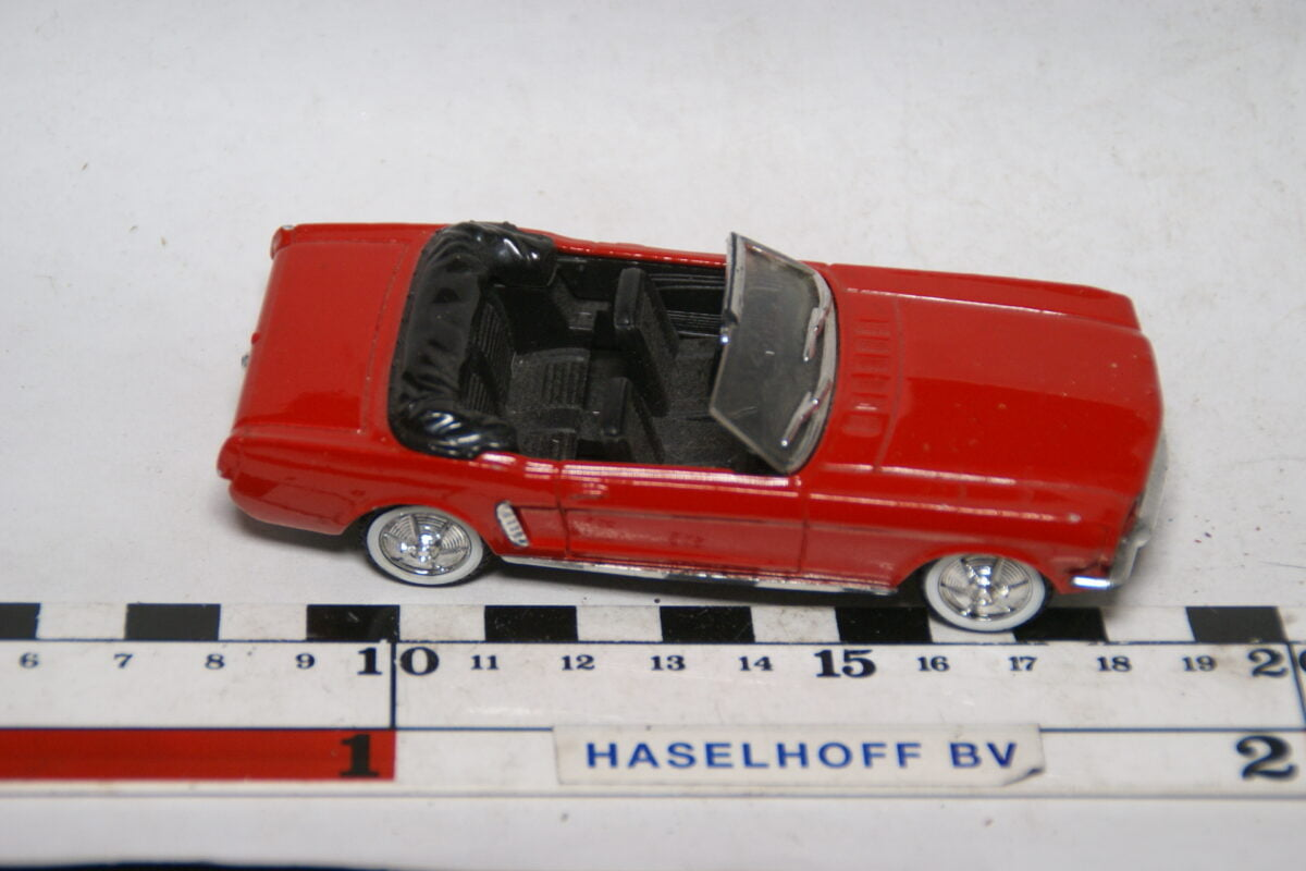 DSC07783 miniatuur Ford Mustang cabriolet rood 1op43 Solido mint