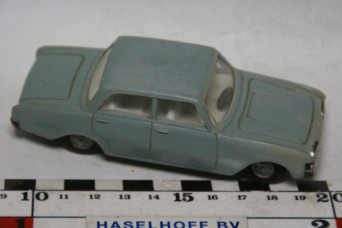 DSC07809 miniatuur Ford Taunus 17M grijs 1op43 Politoys nr 66