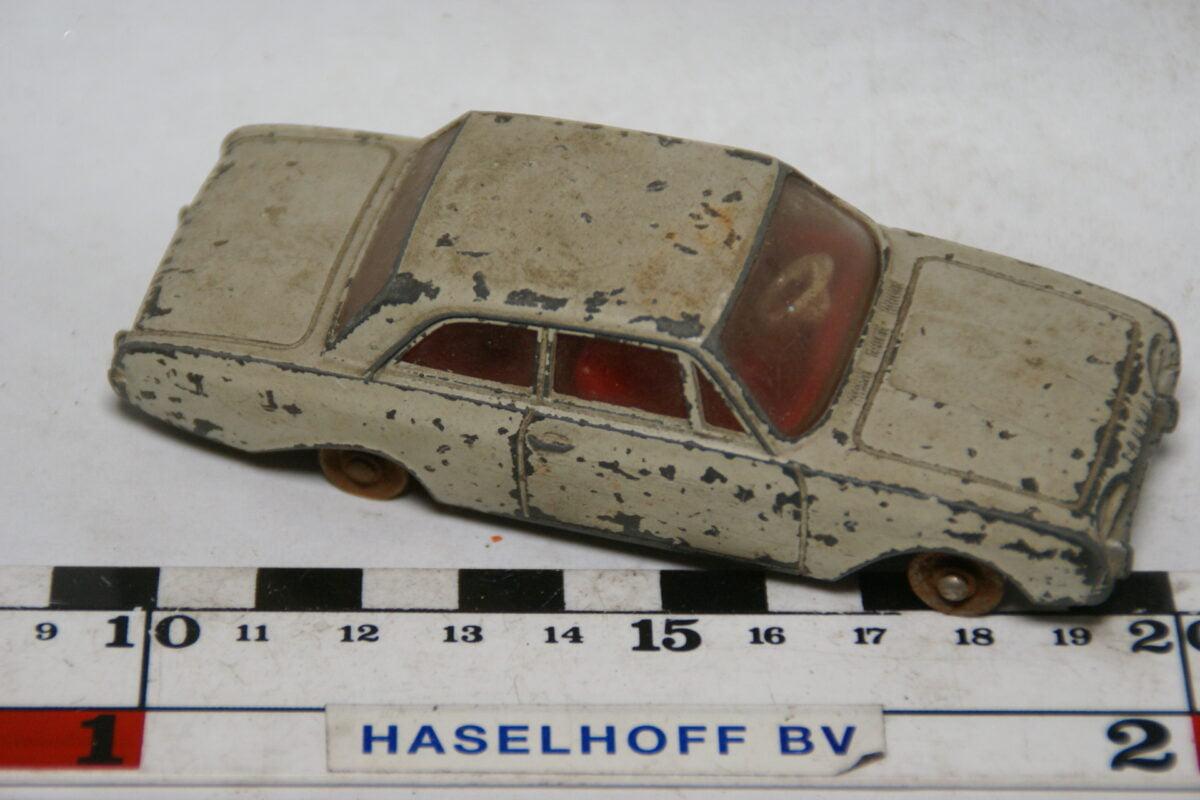 DSC07811 miniatuur Ford Taunus wit 1op43 Dinky Toys