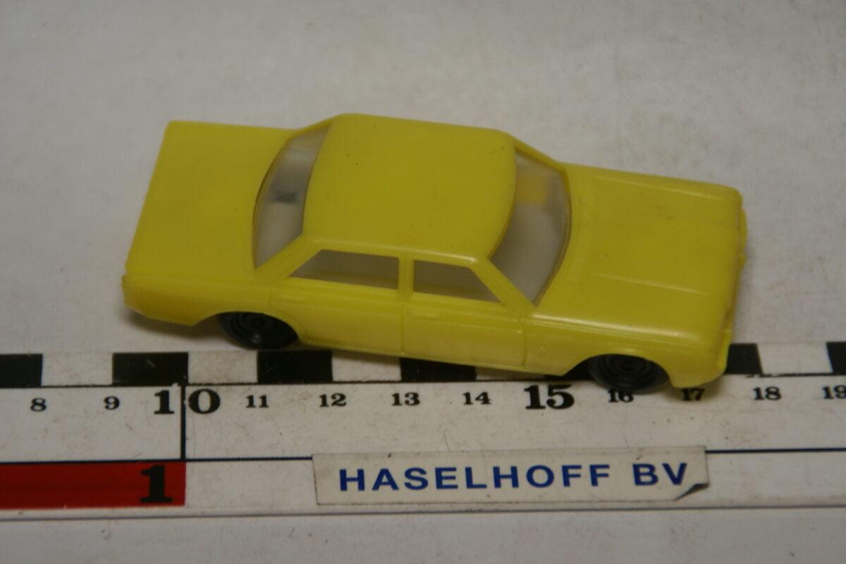 DSC07825 miniatuur Ford Taunus geel ca 1op50 West Germany