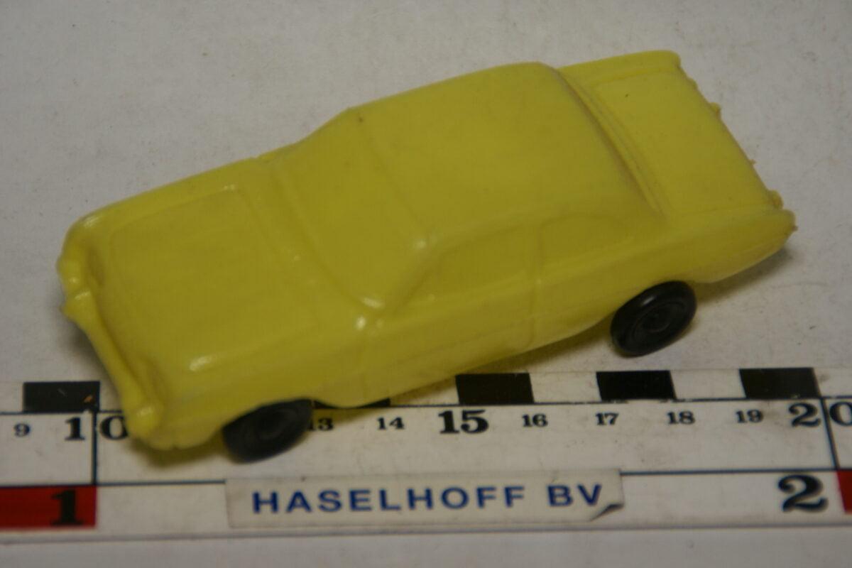 DSC07831 miniatuur Ford Taunus geel 1op43 plastic
