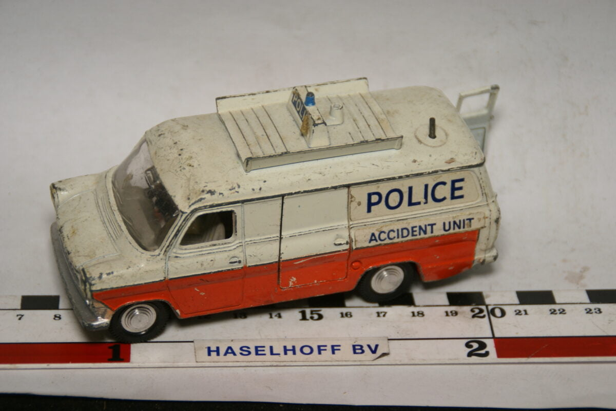 DSC07835 miniatuur Ford Transit police 1op43 Dinky Toys