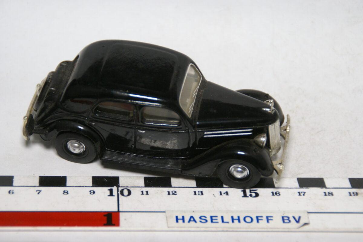 DSC07868 miniatuur 1949 Ford V8 zwart  ca 1op43 Matcbox Dinky mint