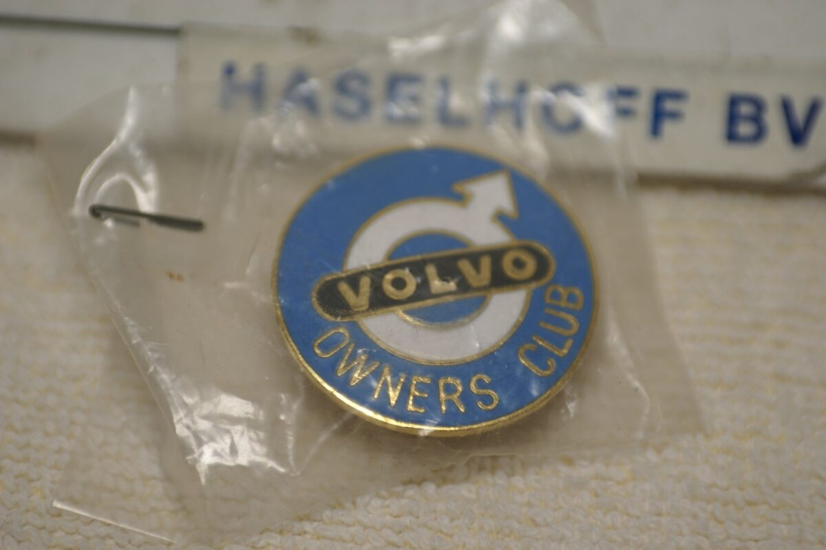 DSC08579 Volvo Owners Club GB pin Mint