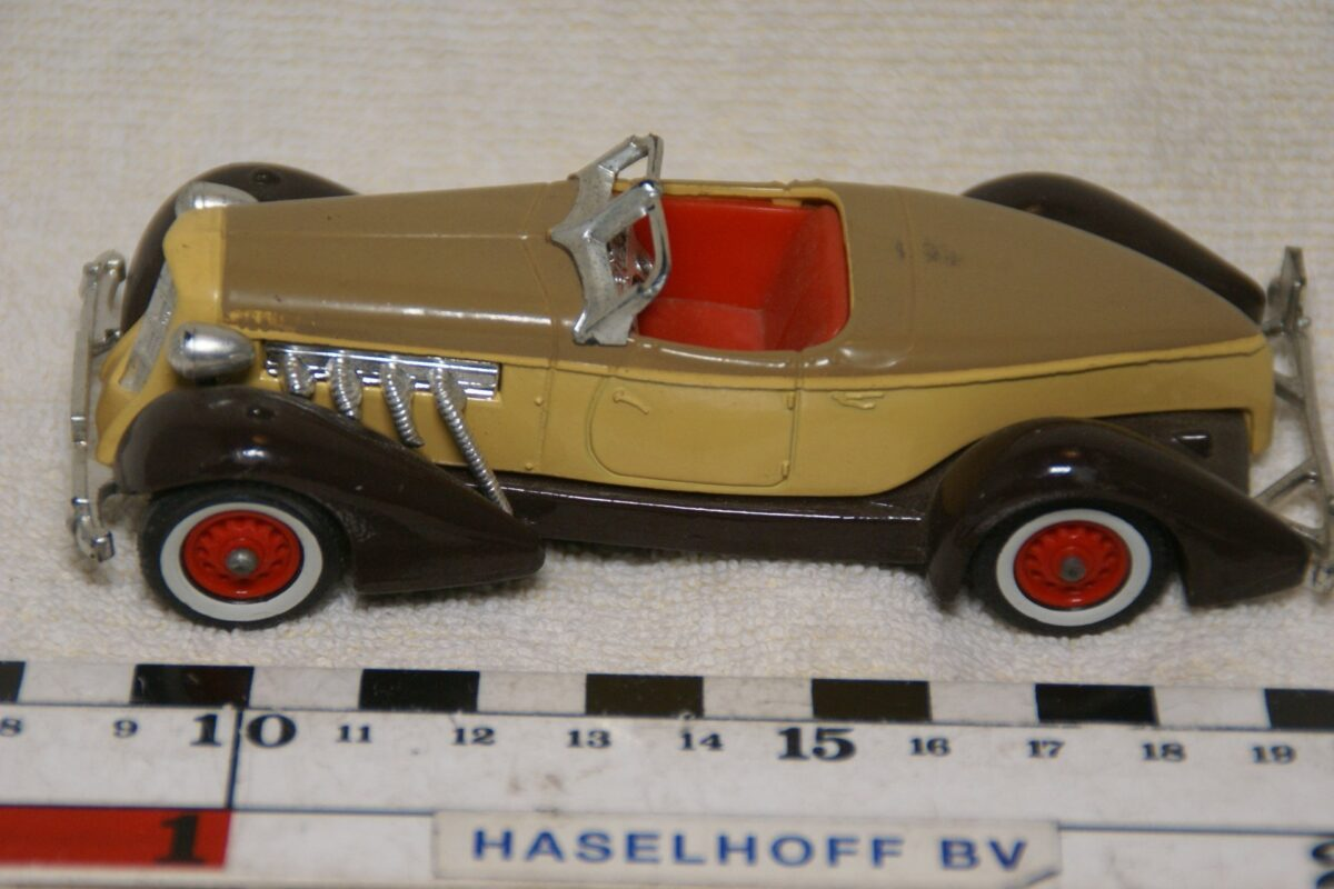 DSC08608 miniatuur 1935 Auburn 851 geel bruin ca 1op43 Matchbox Y19 mint