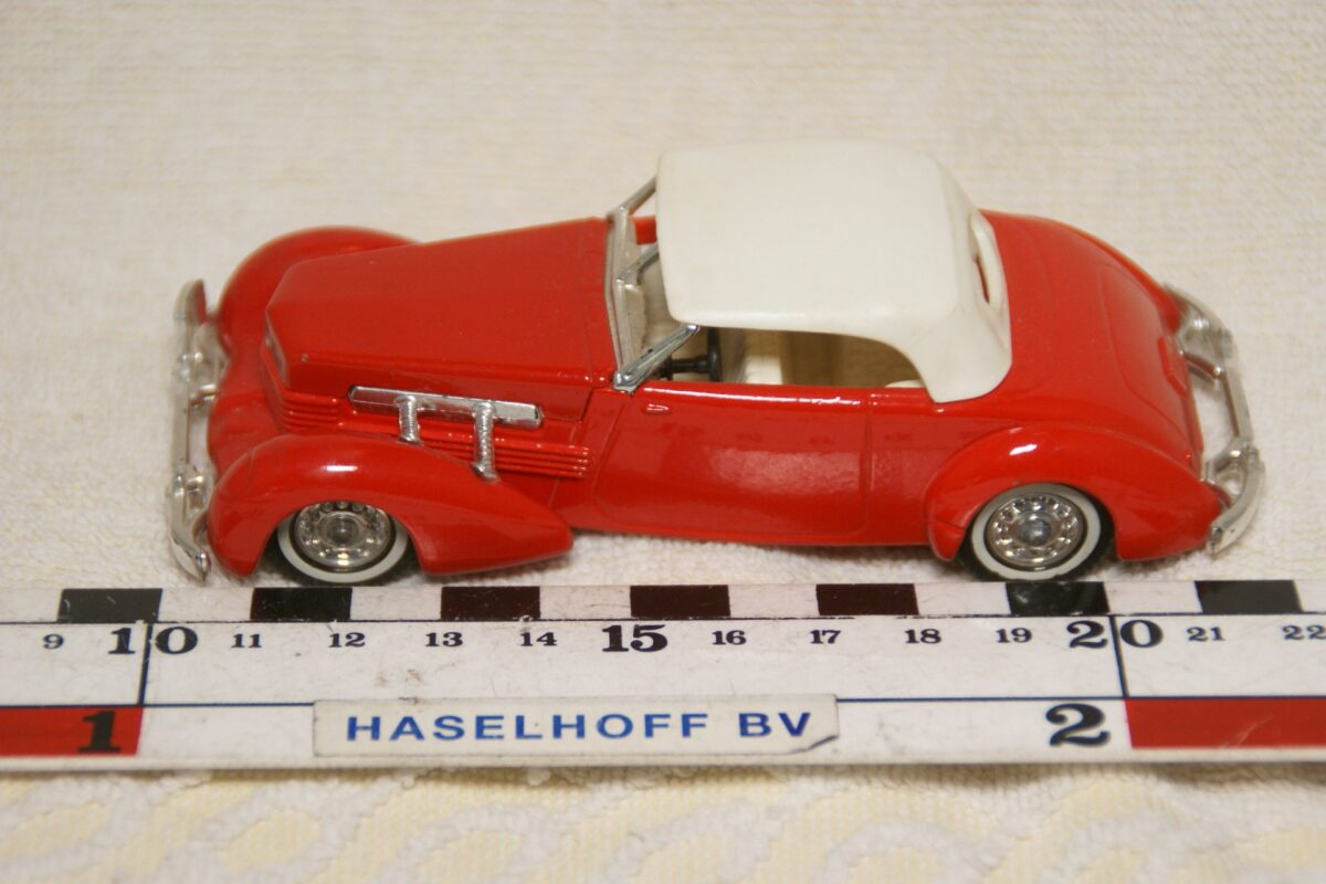 DSC08612 miniatuur 1937 Cord 812 rood ca 1op43 Matchbox Y18 mint