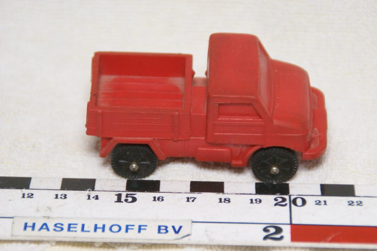 DSC08616 miniatuur Unimog Mercedes rood ca 1op43 made in Germany