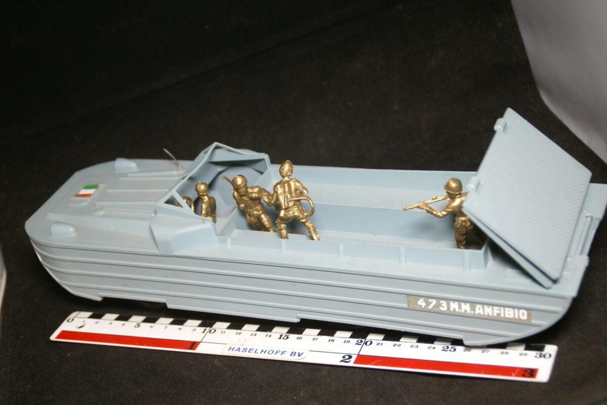 DSC08910 miniatuur DUKW ca 35 cm lang goede staat