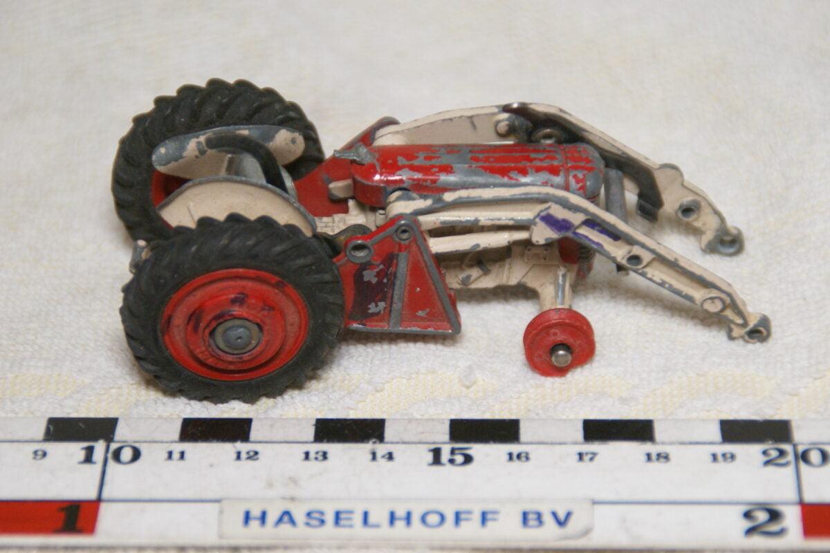 DSC08940 miniatuur tractor met fronthef rood wit  1op43 Corgi Toys