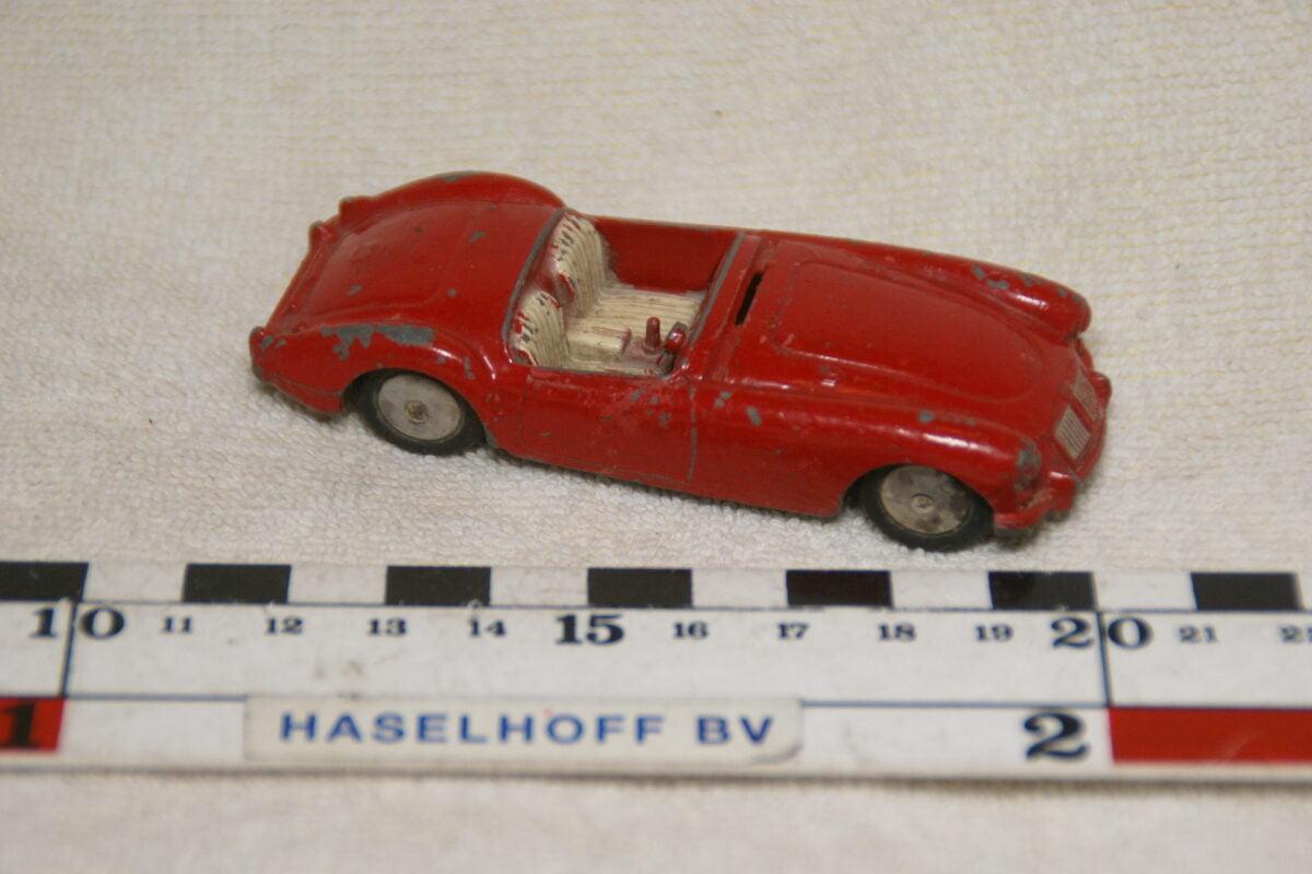 DSC08973 miniatuur MG A rood 1op43 Corgi Toys